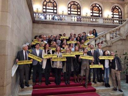 """El Govern y grupos soberanistas se concentran en el Parlament por los presos: """"O libertad o libertad"""""""