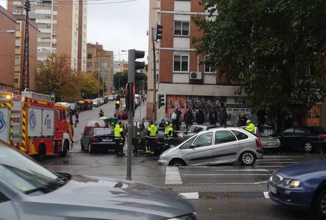 Coche en un socavón en el barrio de La Elipa, Madrid