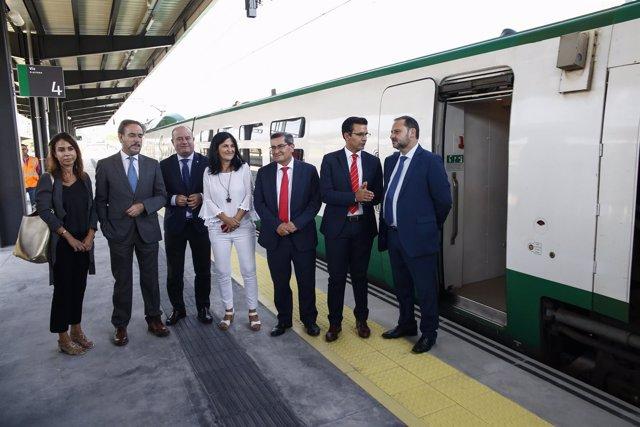 El ministro José Luis Ábalos se desplaza en un tren en pruebas a Granada
