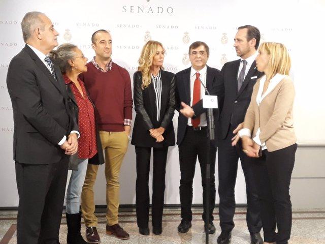Senadores de PP, PSOE, PODEMOS junto a Lara Dibildos y César Lucendo
