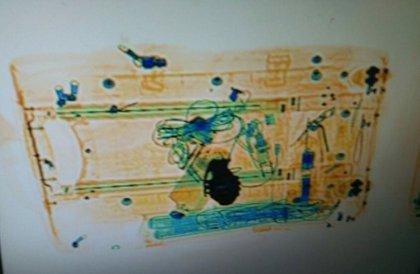 Mossos difunde la imagen de la maleta sospechosa de Sants que parecía llevar una granada