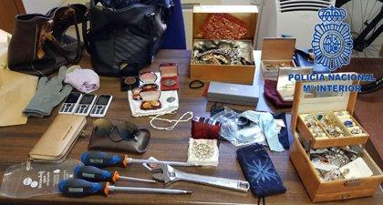 La llamada de un vecino permite detener a tres mujeres cuando robaban en el interior de un piso en Badajoz