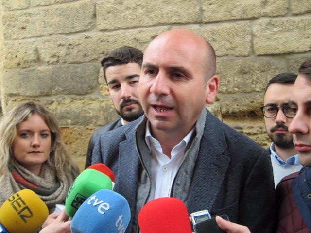 Conejo atiende a los periodistas en Córdoba