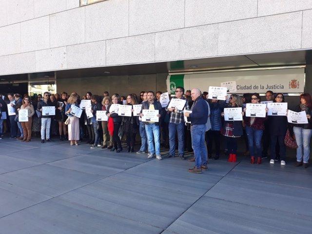 Funcionarios de justicia a las puertas de los juzgados de Almería