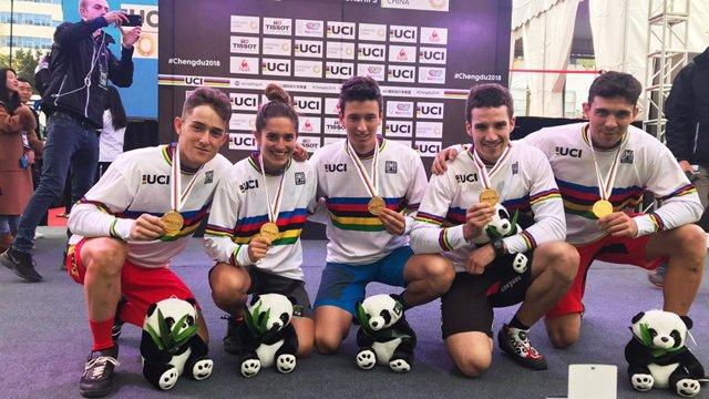 La selección española de trial urbano con su oro y maillot arcoiris