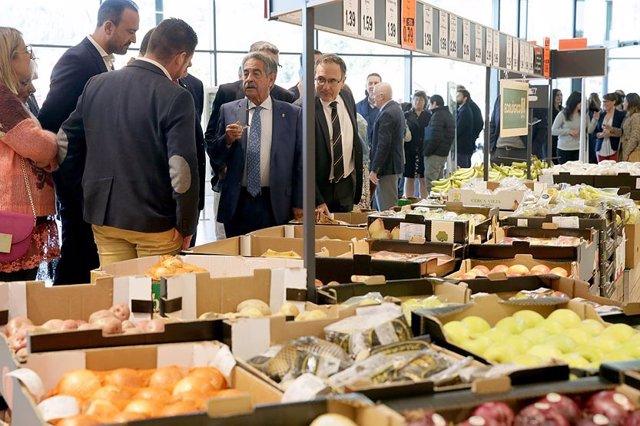 Rvilla y otras autoridades en la inauguración de la tienda