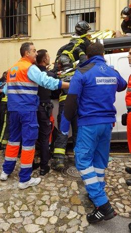 Evacuación del vecino que se precipitó sobre la furgoneta