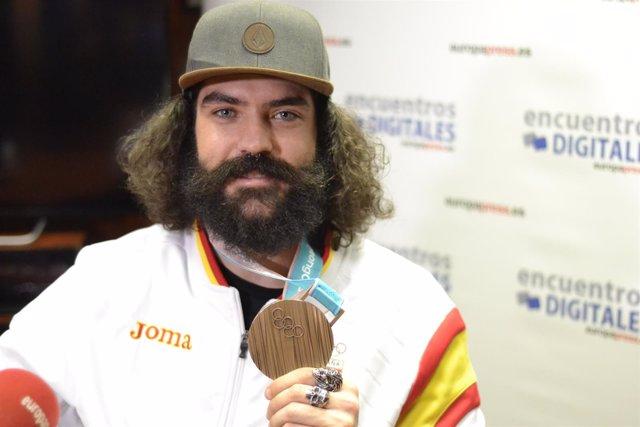 Regino Hernández muestra su medalla de bronce