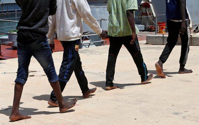 MIgrantes en el puerto de Trípoli