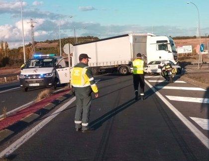 Cinco heridos en una colisión entre un camión y un turismo en un acceso de la AP-68