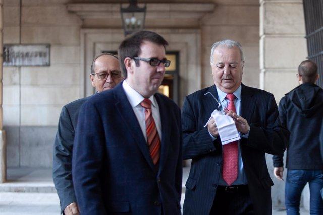 El abogado de Manos Limpias entrando en la Audiencia Provincial de Sevilla