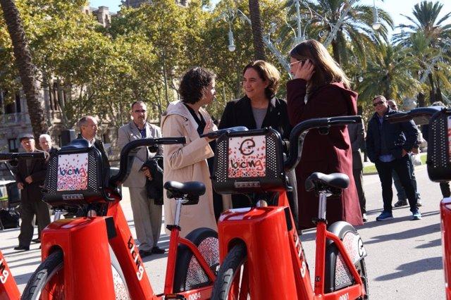 Mercedes Vida, Ada Colau i Janet Sanz presenten el nou servei del Bicing