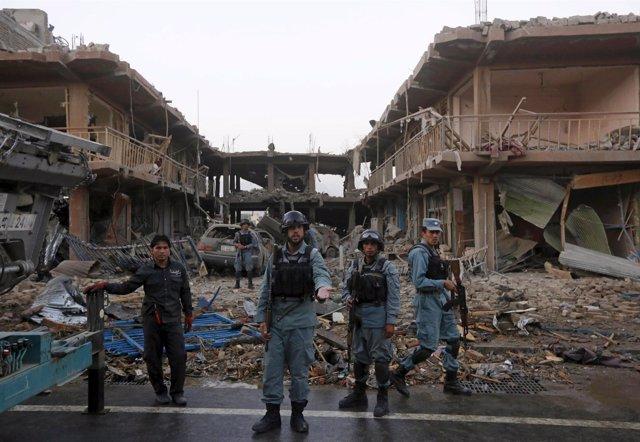 Policías afganos, en el lugar de uno de los atentados en Kabul