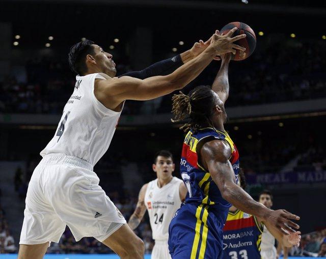 Ayón pelea por un balón con Albicy en el Real Madrid-MoraBanc Andorra