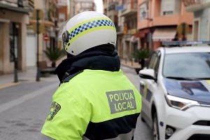 Un motorista que acumulaba cinco retiradas de carné causa un accidente en Cullera en estado ebrio