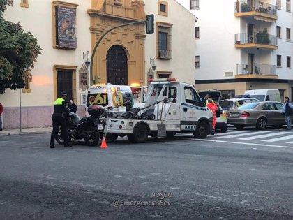 Herido un motorista tras colisionar con un turismo en Sevilla capital que habría realizado un giro indebido