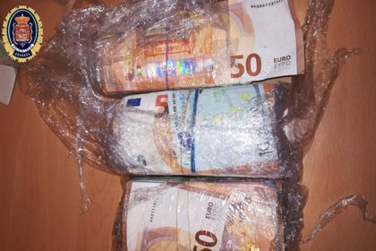 Dos detenidos en Granada tras incautarles en su turismo unos 29.000 euros y más de 18 gramos de marihuana