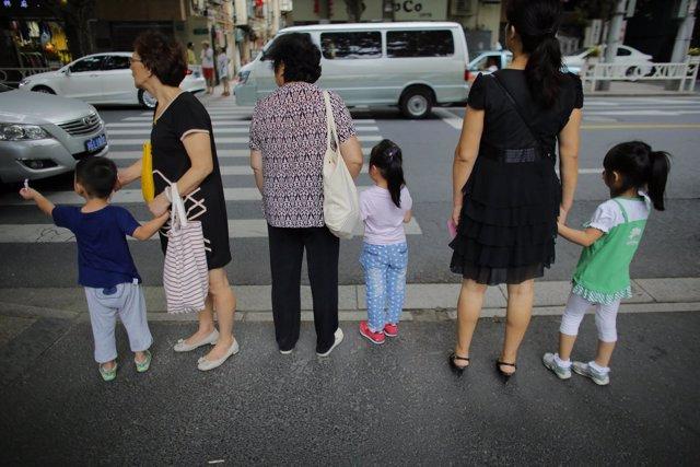 Tres mujeres chinas. Niños