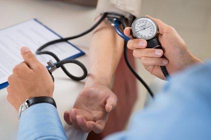 Analizan los riesgos de tener hipertensión cuando tienes menos de 40 años