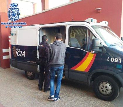 Prisión para tres encapuchados por atracar una administración de lotería en Almería
