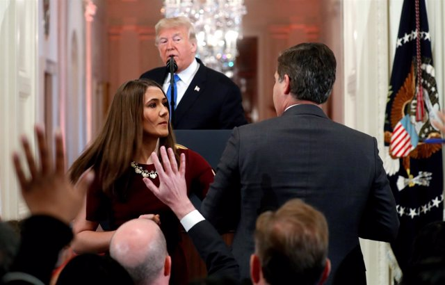 Una trabajadora de la Casa Blanca retira el mircrófono al reportero de la CNN