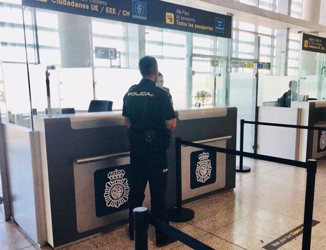Policía Nacional, agentes en el aeropuerto de Málaga. Documentos