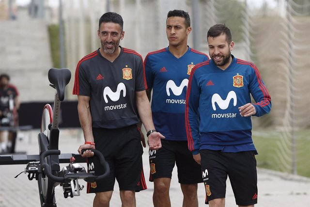 Thiago Alcántara y Jordi Alba en el entrenamiento de la selección