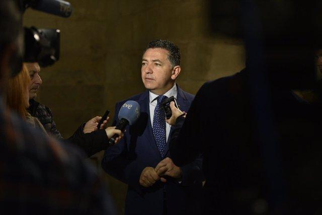 El consejero de Fomento, Carlos Cuevas, atiende a los medios en el Parlamento