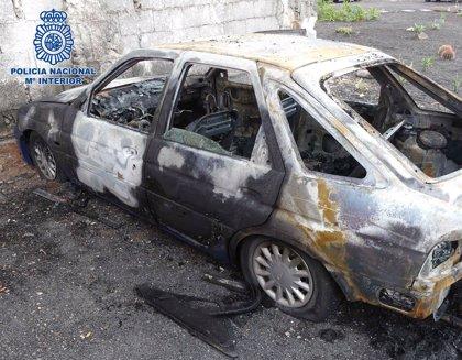 Detienen a tres hombres por robar en el interior de cuatro vehículos y quemar uno de ellos en Lanzarote