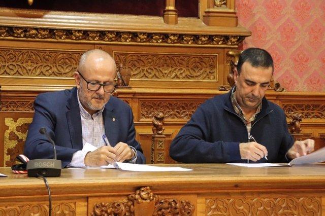 El presidente del Consell de Mallorca, Miquel Ensenyat, firmando unos documentos