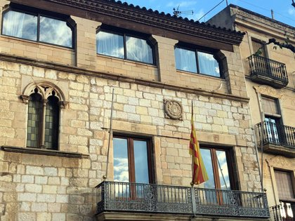 Arrenquen per segona vegada la pancarta per la llibertat dels presos del balcó de l'Ajuntament de Montblanc