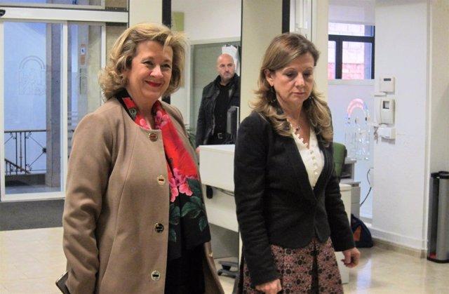Marina Álvarez (d) junto a la delegada de Salud en Jaén, Teresa Vega.