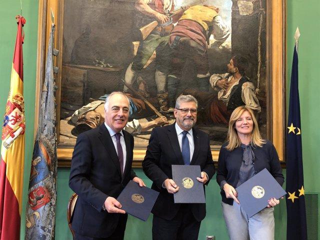 Rodrigo Escrig, Mayoral y González, tras firmar hoy este acuerdo en el Paraninfo