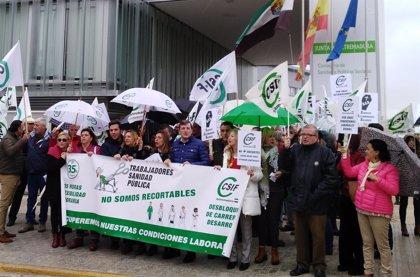 Un centenar de empleados públicos convocados por CSIF reclaman frente al SES en Mérida la jornada laboral de 35 horas