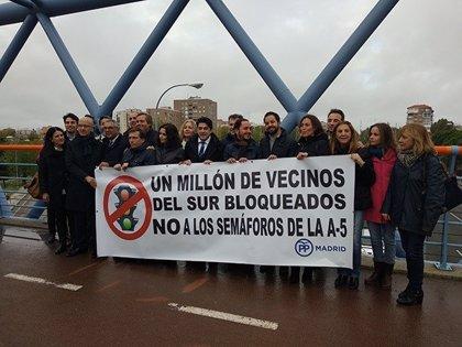 """El PP estudia judicializar la medida de implantar semáforos en la A-5 por crear """"fronteras"""" hacia Madrid"""