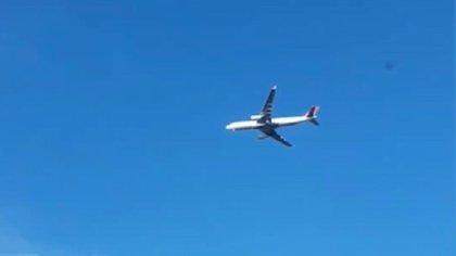 Capturan en vídeo a un avión parado en el cielo justo antes de aterrizar en el aeropuerto de Moscú-Vnúkovo