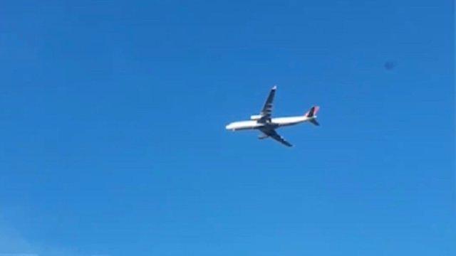 """Avión """"suspendido"""" en el aire"""