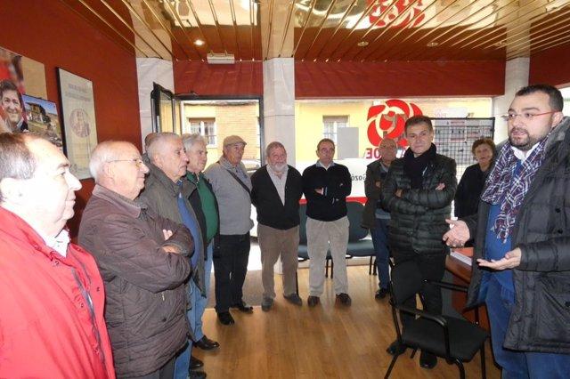 Adrián Barbón, a la derecha, visita la agrupación socialista de Gozón