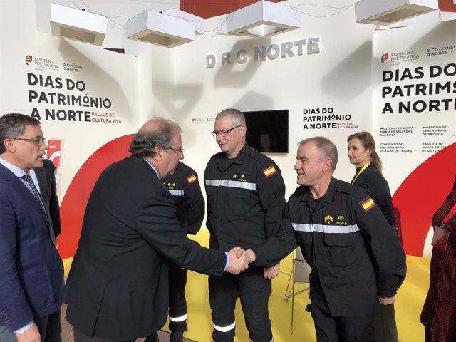 Herrera saluda a miembros de la UME durante la inauguración de AR&PA, 8-11-18