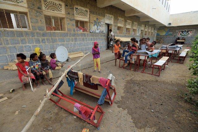 Niños desplazados por la violencia en Hodeida en una escuela en la que viven