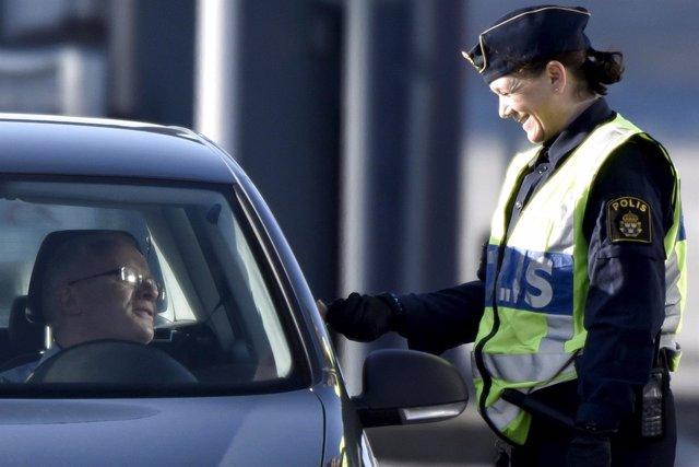 Policía sueca en un control de seguridad
