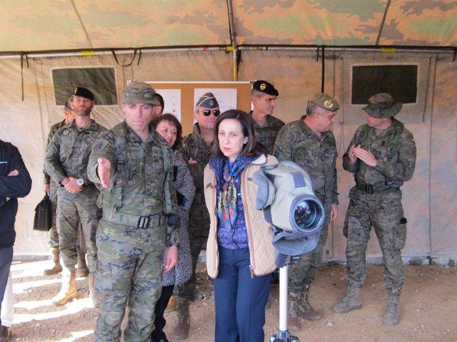 Margarita Robles, en el campo de maniobras de la BRI X