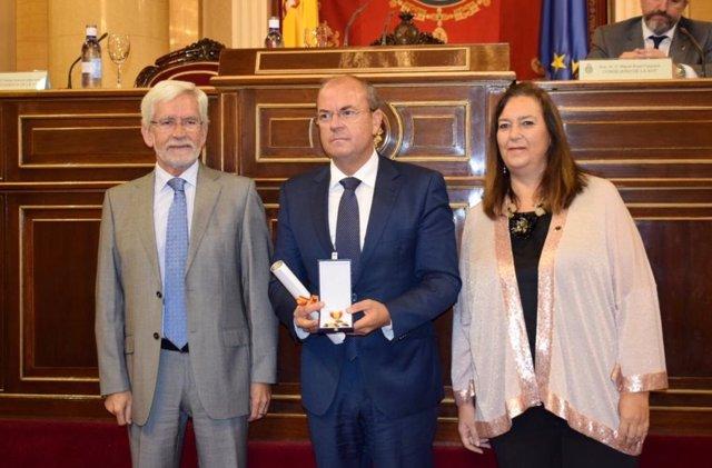 Monago recibe la 'Cruz de la Dignidad' de la AVT