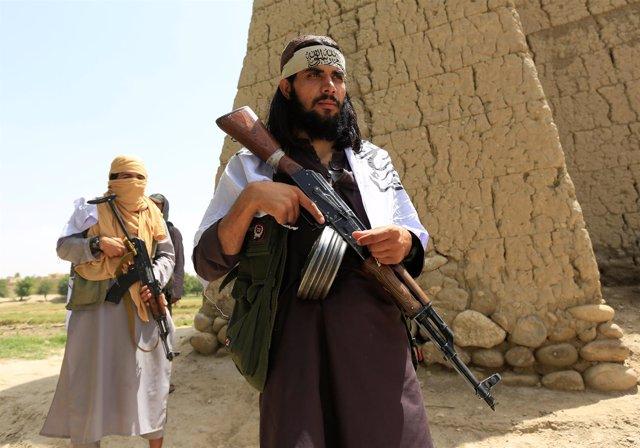Dos milicianos talibán durante la tregua del Eid en Nangarhar