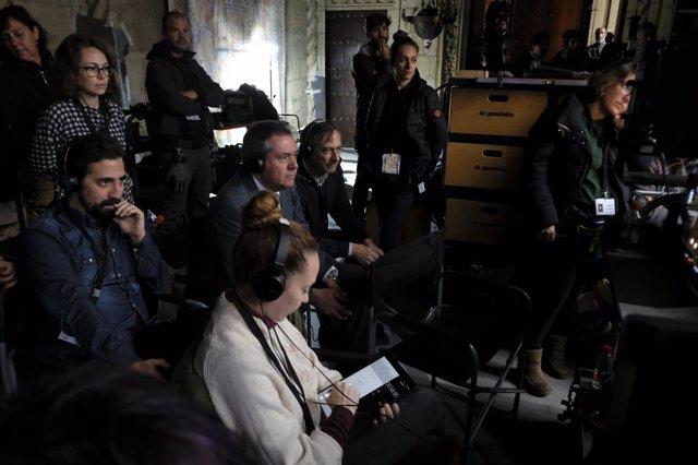 El alcalde de Sevilla visita el set de rodaje de la serie La Peste