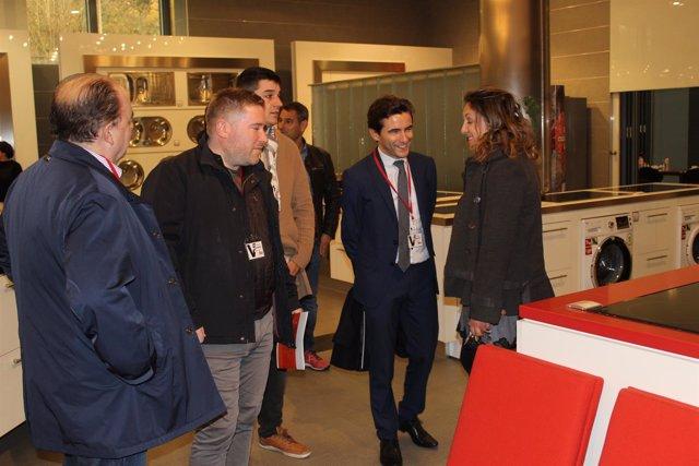 El secretario general del PSOE de Santander, Pedro Casares, visita TEKA