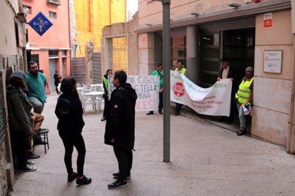 La PAH ocupa la seu d'Habitatge a Lleida per exigir que la Generalitat no faci fora una família del pis que ocupa