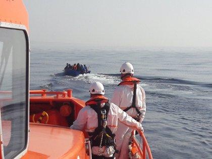 Rescatados 22 migrantes de pateras en el Estrecho, siete de ellos en dos barcas hinchables a remo