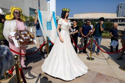 Un artista instala una estatua que ridiculiza a la ministra de Cultura de Israel por posibles recortes de fondos
