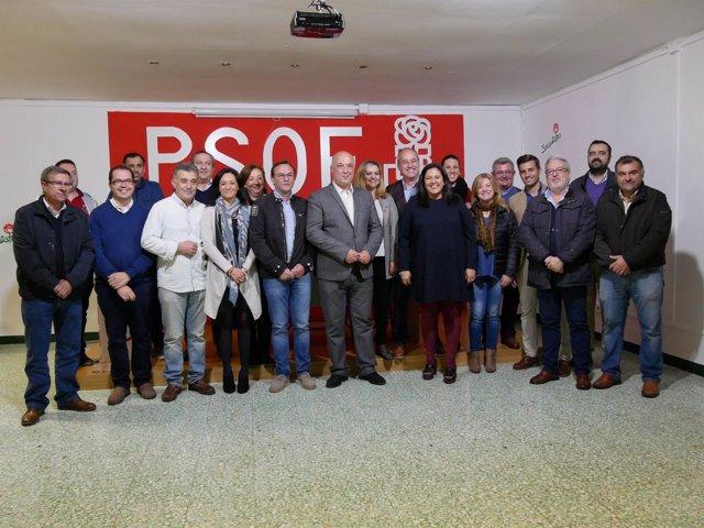 Ruiz (centro) en la reunión con cargos socialistas en Villafranca